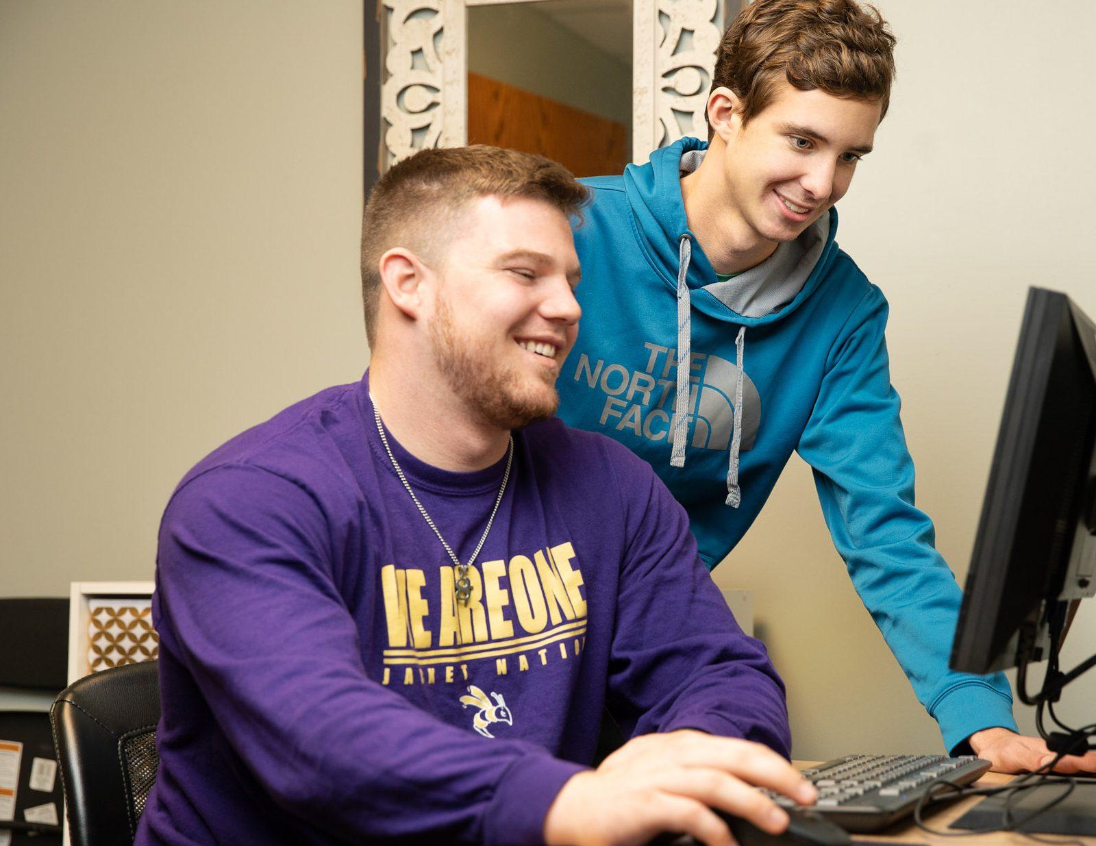 Student working with peer advisor